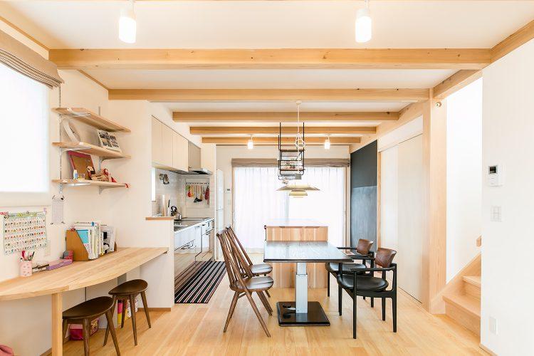 コンパクトな敷地に広々と住まう、カフェスタイルキッチンの家