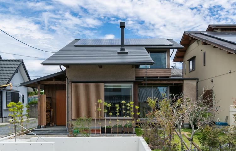 【愛知県みよし市】緑を眺め生物と共に暮らす 自然に溶け込む大屋根の住まい